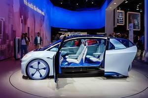Weißes Elektrofahrzeuge mit blauer Beleuchtung