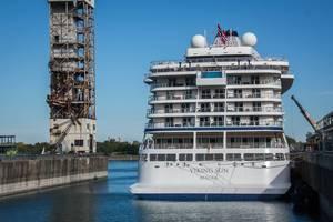 Weißes Kreuzfahrtschiff aus Norwegen im Hafen an Deck