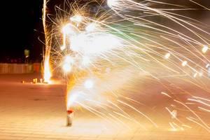 Weißes Vulkan-Feuerwerk in Noord-Holland zu Silvester, aufgenommen mit langer Verschlusszeit