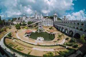 Weite Ansicht über das Gelände der Simala Kirche in Cebu auf den Philippinen
