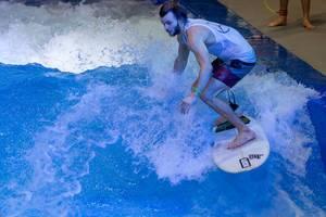 Wellenreiten in der Surf Anlage Citywave bei der Boot Düsseldorf 2018