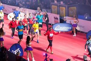 Wenige Meter von der Ziellinie entfernt - Frankfurt Marathon 2017