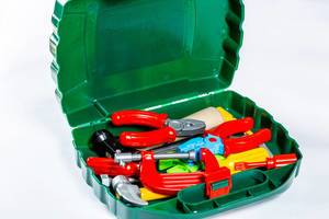 Werkzeugkiste für Kinder mit Spielzeug-Werkzeug wie Schraubenschlüssel, Zangen und Hammer