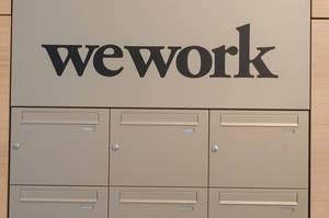 Wework Büro Briefkästen unter dem Logo