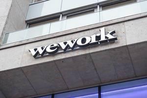 Wework Coworking Büro Logo an der Außenfassade Haus Friesenplatz in Köln