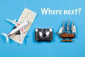 Where Next - Reisen - Fotoapparat, Landkarte, Flugzeug und Schiff auf blauem Hintergrund