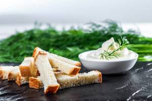 White bread snacks with sauce and herbs (Flip 2019)