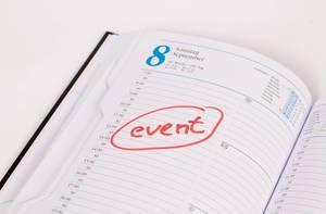 Wichtiger Anlass als Notiz eingetragen und mit rot hervorgehoben in Kalender