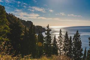 Wilde Landschaft der Taormina-Küstenlinie in Sizilien