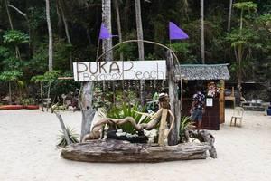 Willkommensschild vor Souvenirshop am philippinischen Strand Puka Beach auf Boracay