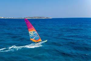 Windsurfer alleine auf der blauen See in der Ägäis