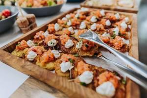 Winzige Kartoffelpfannkuchen mit Räucherlachs. Fingerfood