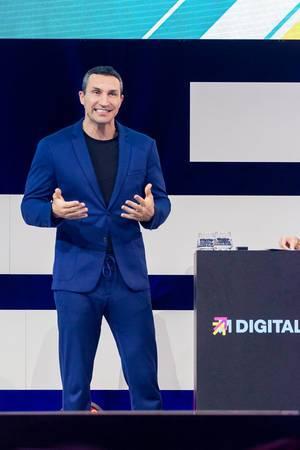 Wladimir Klitschko, ehemaliger Box Weltmeister und Investor auf der Bühne der Digital X über Leadership in Köln