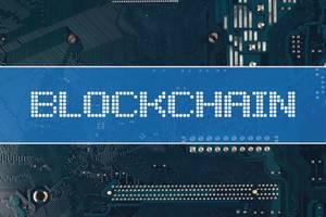 Wort Blockchain vor einer elektronischen Leiterplatte als Hintergrund