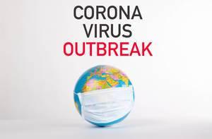 Worte Corona Virus Outbreak über einer Weltkugel mit Gesichtsmaske auf weißem Hintergrund