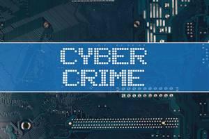 Wörter Cyber Crime Cyberkriminalität vor einer elektronischen Leiterplatte als Hintergrund