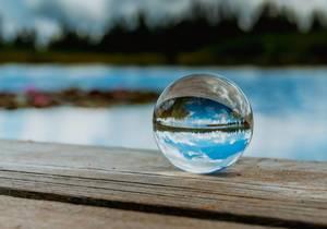 Wunderschöner Himmel spiegelt sich in einer Glaskugel