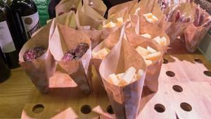 Würste und Käse in Papiertüten