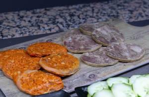 Wurstspezialitäten - Chorizo auf Holzbrett in Mallorca