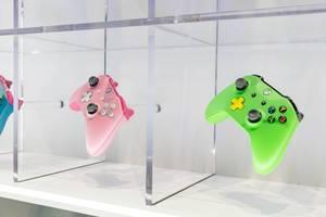 Xbox One Kontroller in verschiedenen Farben - Gamescom 2017, Köln