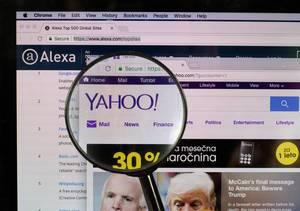 Yahoo-Logo am PC-Monitor, durch eine Lupe fotografiert