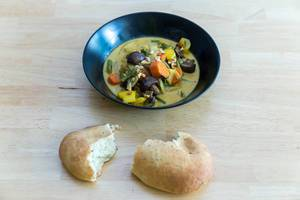 Yellow curry with oven-roasted vegetables by Hellofresh with a bread bun