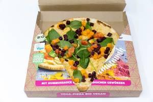 Yoga-Pizza Bio-Vegan von Followfood mit Hummussauce und ayurvedischen Gewürzen von Herbaria. Traditionell im Holzofen in Italien gebacken