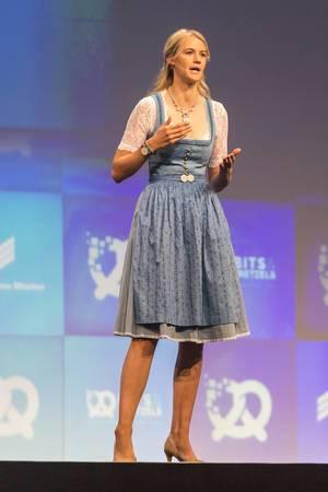 Zarah Bruhn ist Gründerin und CEO des Startups Social Bee und spricht vor internationalem Publikum auf der Bühne der Gründerkonferenz Bits & Pretzels