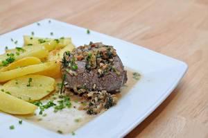 Zartes Rindersteak mit Thymian-Soße und Kartoffel-Wedges
