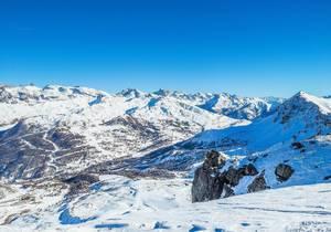 Zauberhafter Ausblick über verschneite Berggipfel im Winter bei strahlendem Sonnenschein in Vars, Frankreich