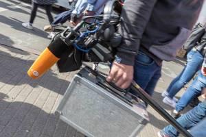 ZDF Fernsehteam mit orangem Mikrofon beim Klimastreik-Protesttag in Köln
