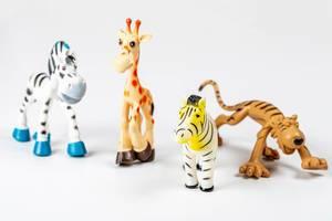 Zebra-, Giraffen- und Tigerspielzeug auf weißem Hintergrund