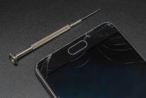 Zerbrochenes Bildschirm auf einem nicht mehr zu reparierenden Smartphone