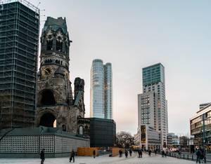 Zerfallene Kaiser Wilhelm Kirche neben Hochhäusern am Breitscheidplatz in Charlottenburg, Berlin