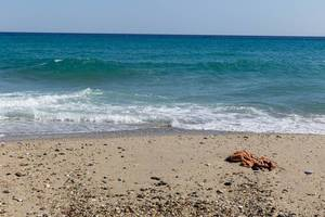 Zerfetzter Pullover auf dem Strand
