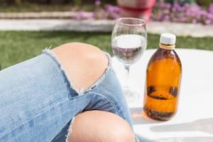 Zerissene Damenjeans mit offenen Knien