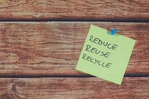 Zettel mit einfacher Botschaft: Reduce, Reuse, Recycle
