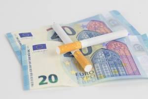 Zigaretten auf Euroscheinen