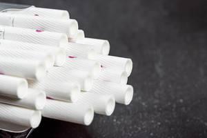 Zigarettenfilter aus einer Schachtel als Symbol für Gesundheitsschädlichkeit