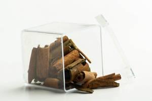 Zimtstangen in einer durchsichtigen Plastikbox