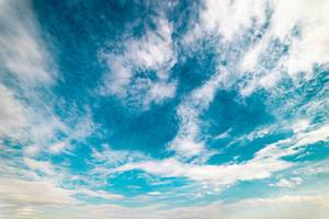 Zirruswolken an blauem Himmel