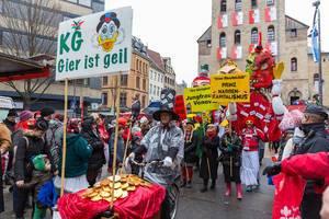 """Zoch vor dem Zoch am Severinstor in Veedel: Kölner Jecken und """"Andi B. Scheuert"""" - Figur im Kapitalisten-Dreigestirn"""