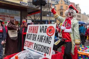 Zoch vor dem Zoch des Rosenmontagszug in Köln mit den Pappnasen Rot-Schwarz gegen Rechts