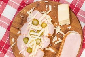 Zubereitung hausgemachtes Sandwich aus Schinken, geriebenem Käse und Gewürzgurken