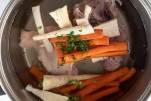 Zubereitung von Hühnerfleischsuppe mit Pastinaken, Möhren und Kräutern