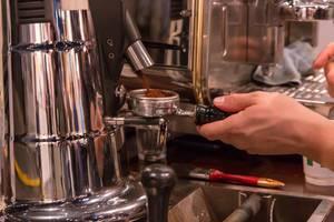 Zubereitung von Kaffee mit einer professionellen Kaffeemaschine
