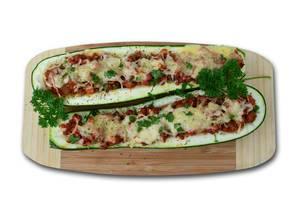 Zucchini mit Truthahn gefüllt mit Käse überbacken in der Aufsicht