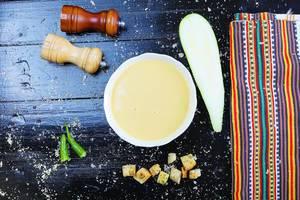 Zucchinicremesuppe mit Croutons: veganes Rezept aus der Balkanküche, Aufnahme von oben mit schwarzem Hintergrund