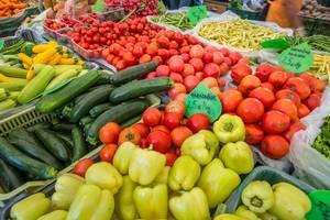 Zuchini, Paprika und Tomaten auf dem Markt in Ljubjlana in Slovenien