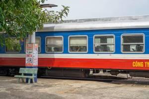 Zug der Linie SPT1 von Phan Thiet nach Ho Chi Minh City (Saigon) wartet an Bahnhof